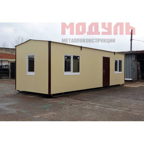 Дачный домик размером 9х3х3 м на лыжах состоит из прихожей, комнаты, кухни и санузла