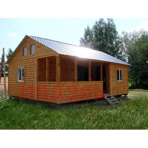 Дачный домик размером 9х8х5 м, утепленный, снаружи отделка выполнена из деревянного сайдинга под бревно