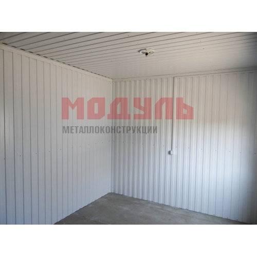 Отделка стен и потолка из профнастила белого цвета